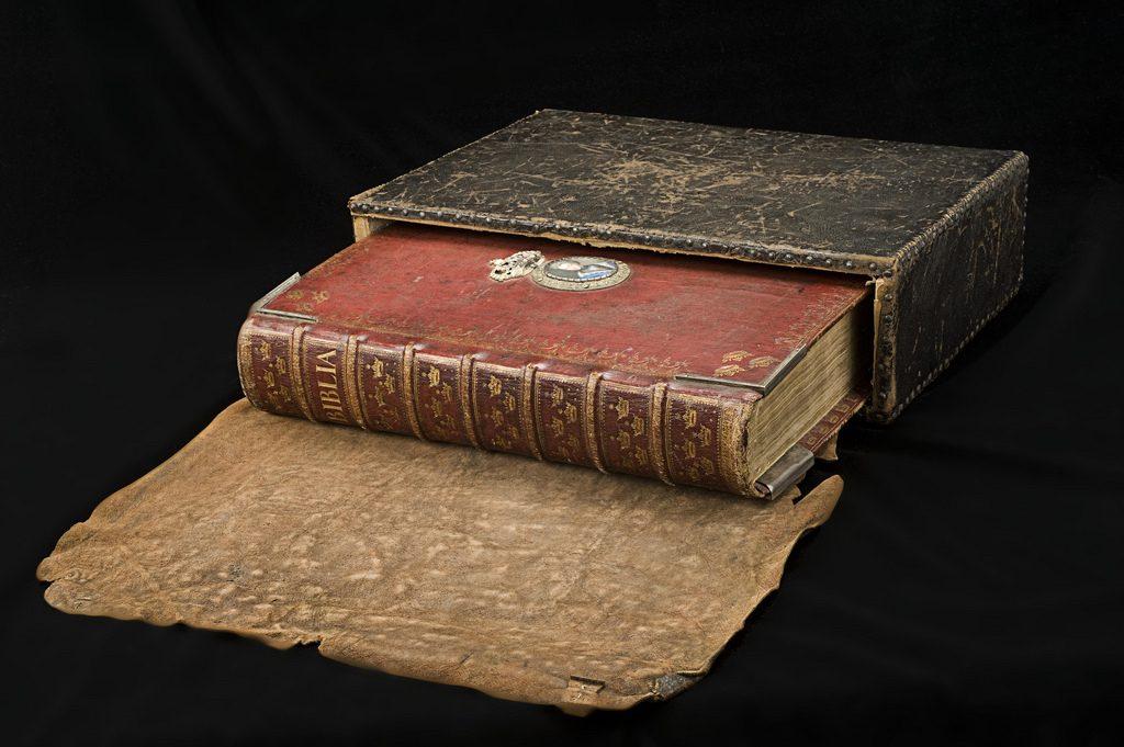 каталогах материал на котором в период средневековья писали книги купить